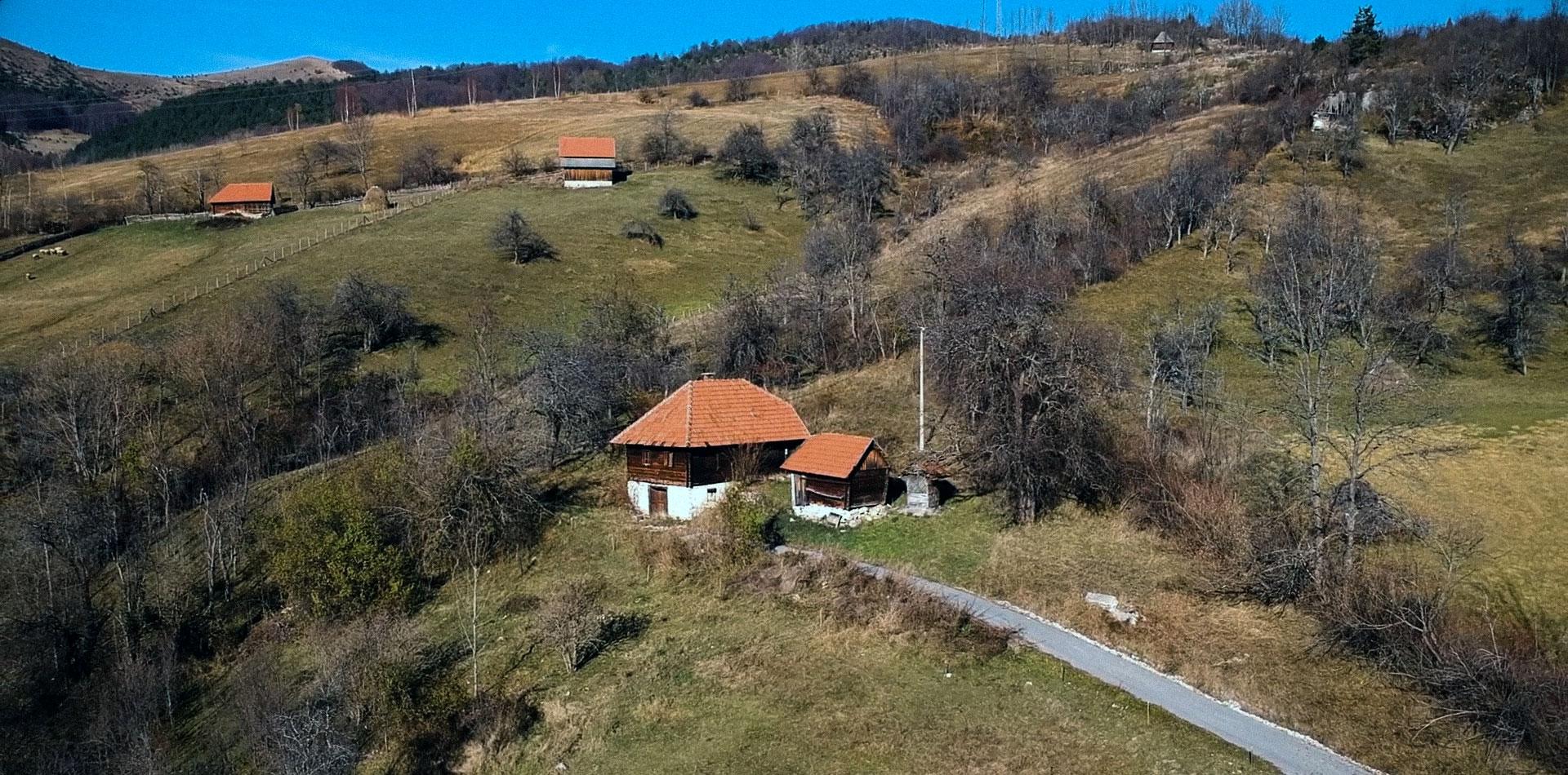 Родна кућа, у Љубишу, на Златибору.
